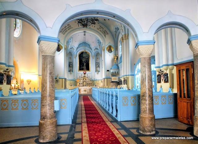visitar interior de la iglesia azul de Bratislava