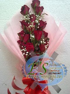 buket tangan mawar merah sederhana