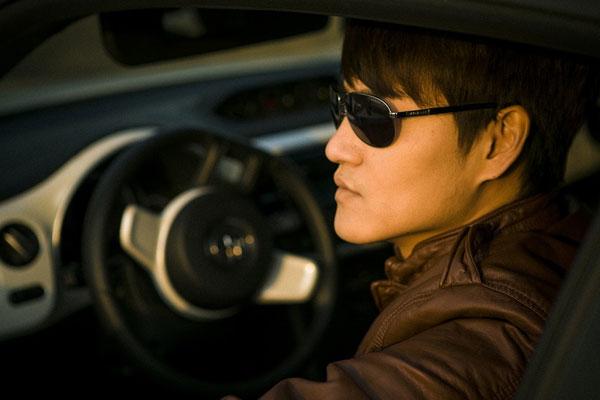 Homem dentro do carro com ar de orgulhoso