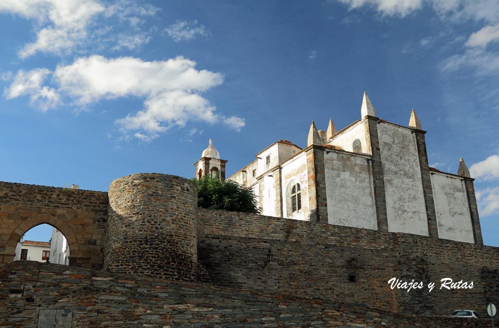 Vistas de la Iglesia Matriz y de la muralla de Monsaraz