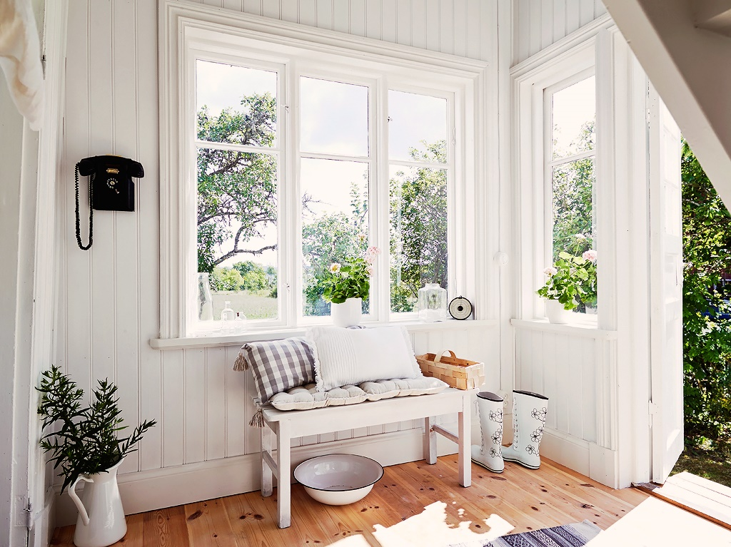 I Love The Contrast Of White Beadboard Walls Against Hardwood Floor In Entry Potted Flowers On Windows Sills And Little Touches