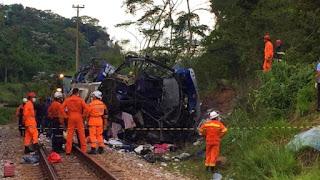 Ônibus cai de viaduto na BR-381 em MG e deixa 15 mortos, dizem Bombeiros