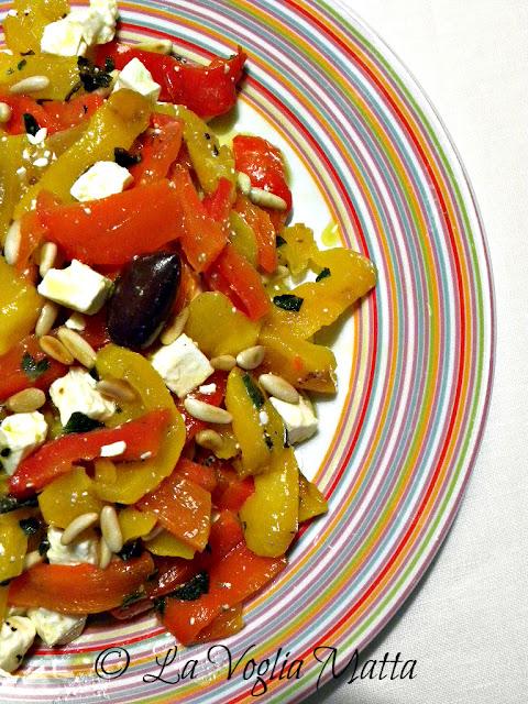 Peperoni grigliati con feta olive nere e menta