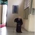 MAIS IDOSO DO BRASIL:  frade de 98 anos comove ao se ajoelhar perante o Santíssimo