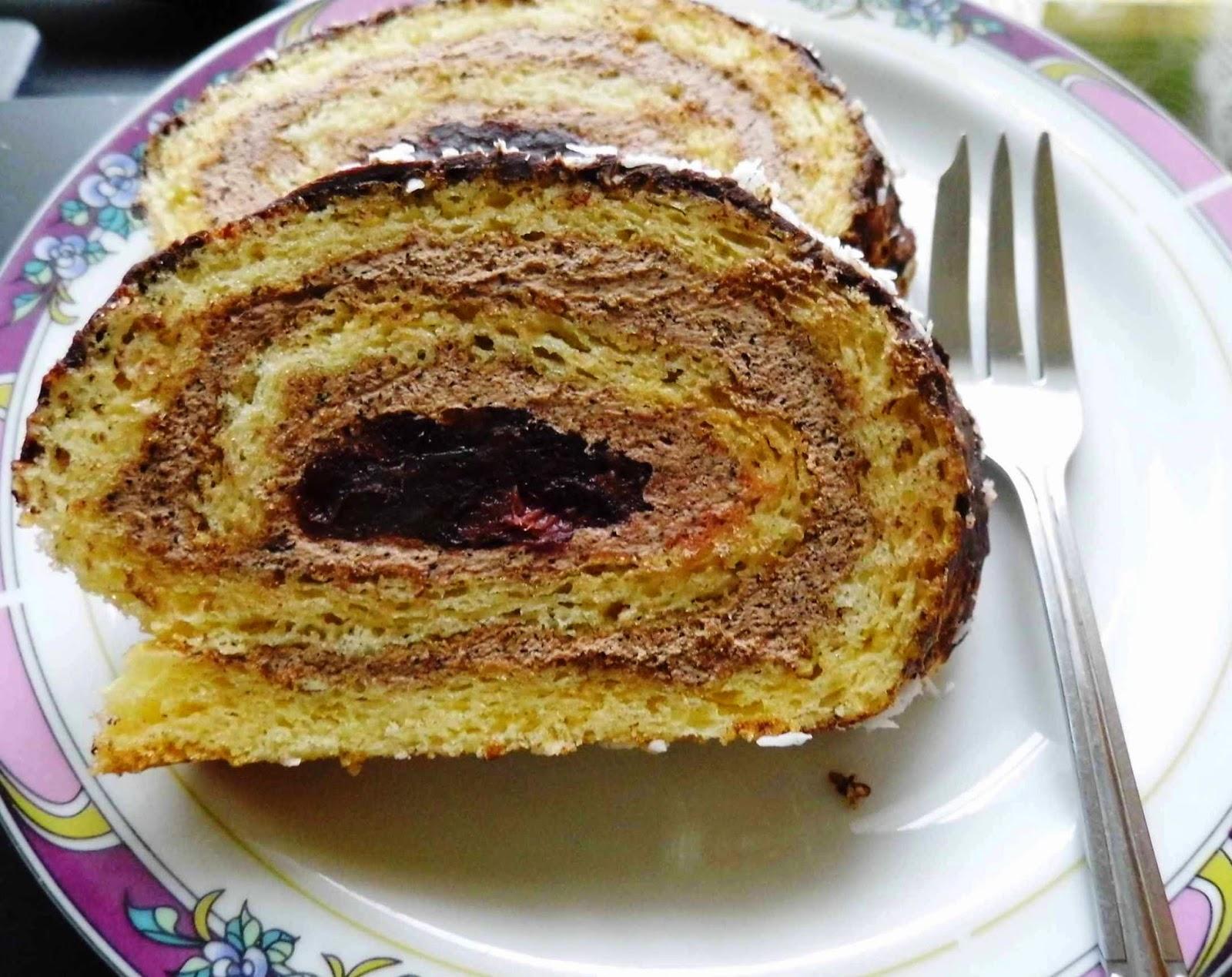 Rolada biszkoptowa z kremem kawowo-kakaowym.