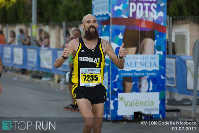 El atleta sordo Marcial Ferri llegando a la meta de una maratón