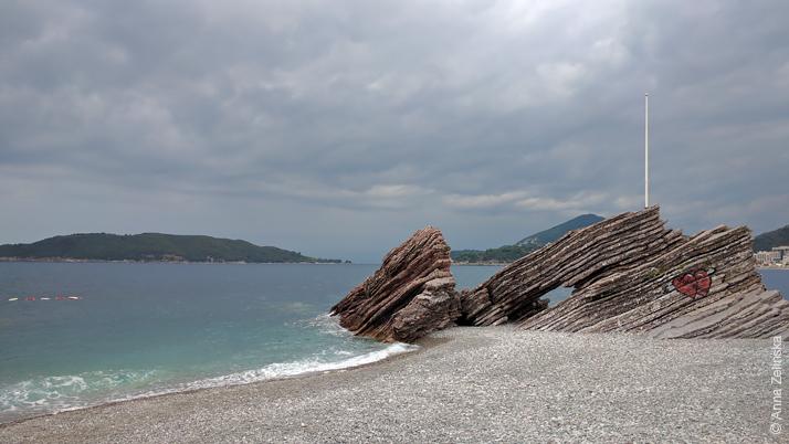 Скалы на пляже Рафаиловичи, Черногория
