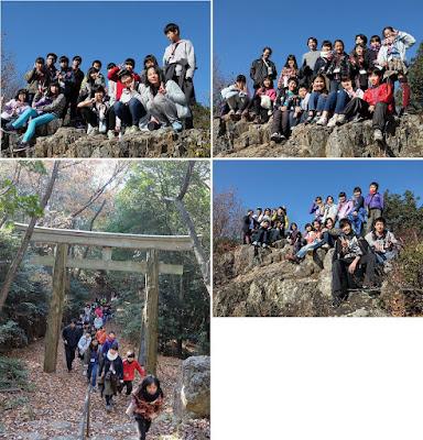 山の頂上から自分たちの住んでいる楽田を望む子供たち