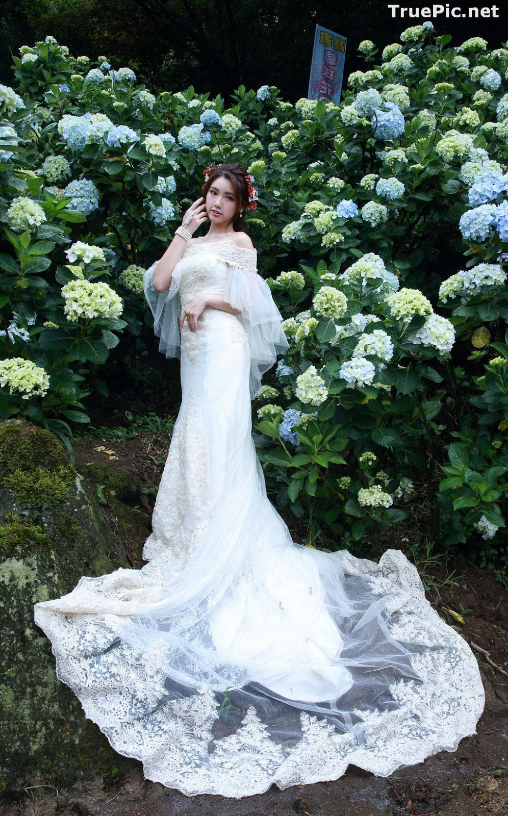 Image Taiwanese Model - 張倫甄 - Beautiful Bride and Hydrangea Flowers - TruePic.net - Picture-1
