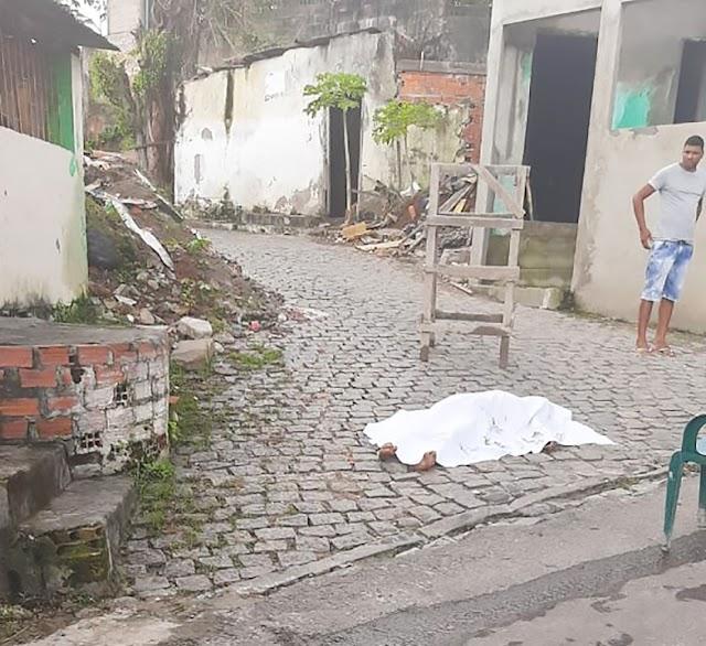 Homem acusado de feminicídio é morto a pedrada por populares em Feira de Santana