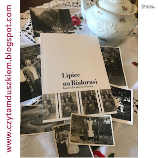 """Tomik """"Lipiec na Białorusi"""" Izabeli Fietkiewicz-Paszek leży na stole wśród rozsypanych starych czarno-białych fotografii, obok stoi biały imbryk z delikatnym kwiatowym wzorem."""