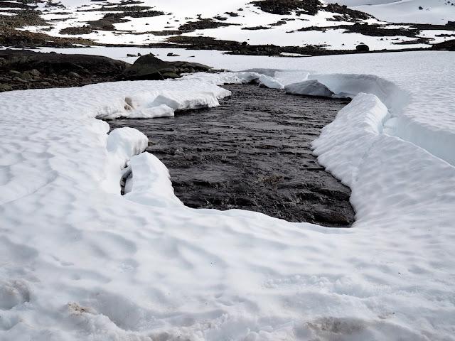 Voda, sníh, tání, jezero Rauddalsvatnet, Norsko, Jotunheimen