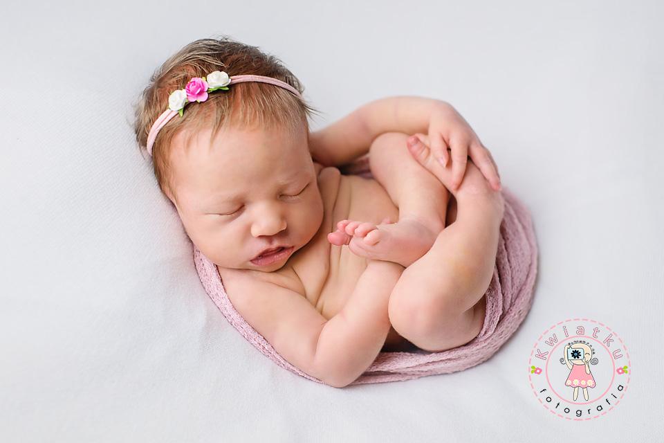 Mała dziewczynka śpi na sesji noworodkowej
