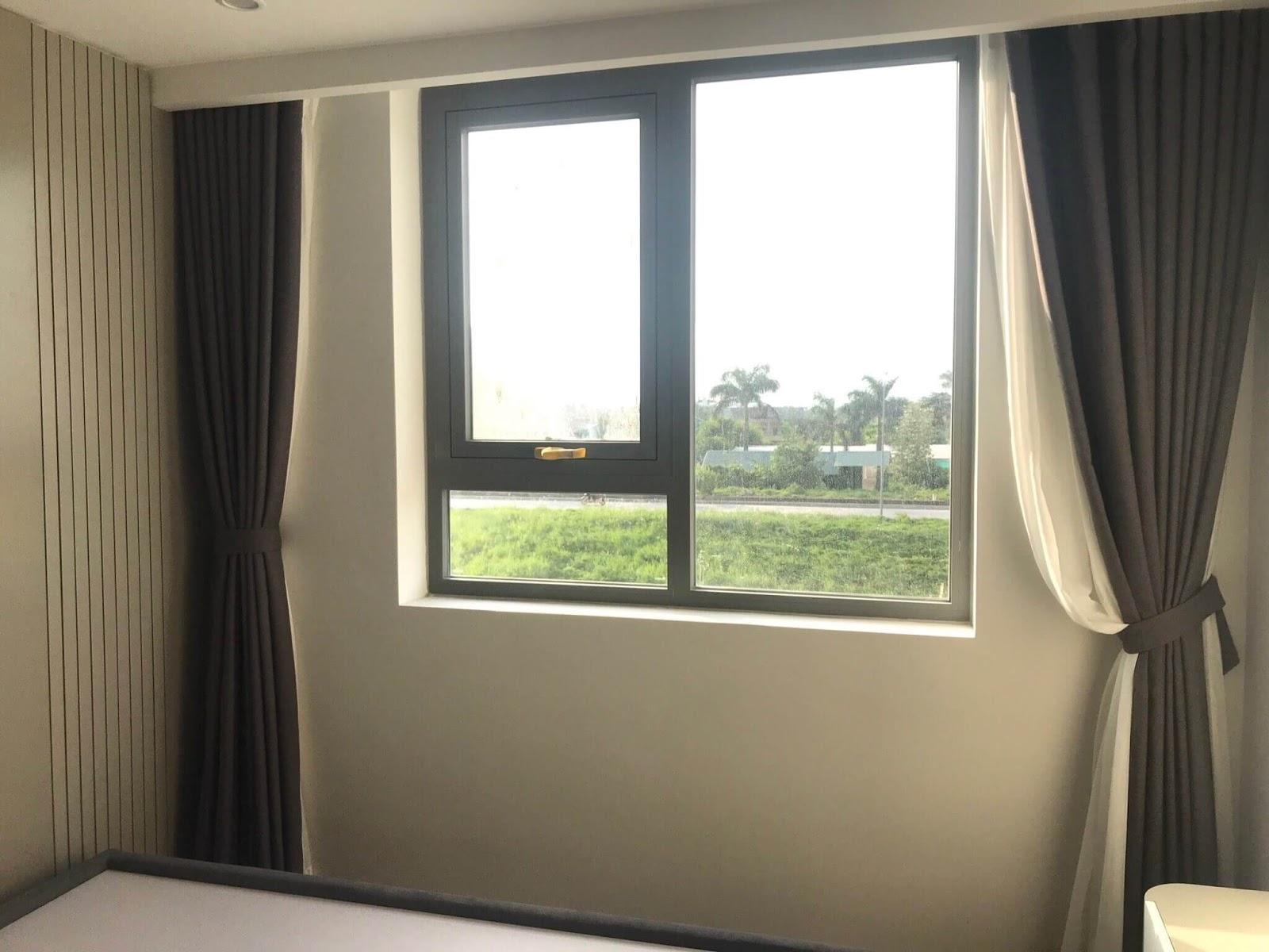 Phòng ngủ với view đẹp và cửa sổ rộng.