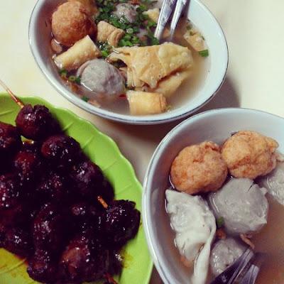 atnya makan bakso president di tepi rel kereta api nurul sufitri blogger traveling culinary