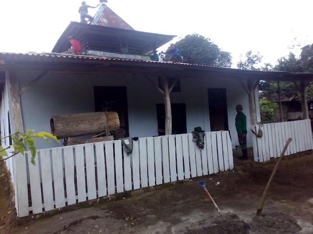 Satgas TMMD Kodim 1424/Sinjai Bersama Warga Cat Masjid Nurul Ardi Tompobulu