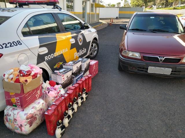Em fiscalização, polícia apreende 72 garrafas de bebidas alcoólicas e 100 brinquedos contrabandeados do Paraguai