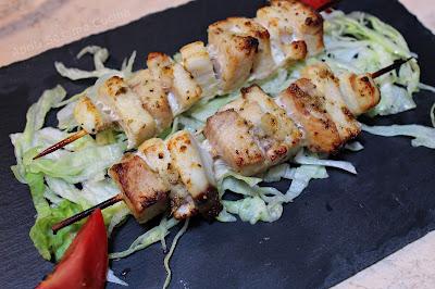 Succulenti spiedini di pesce, marinati alla greca. Ricetta facile, veloce e molto gustosa.