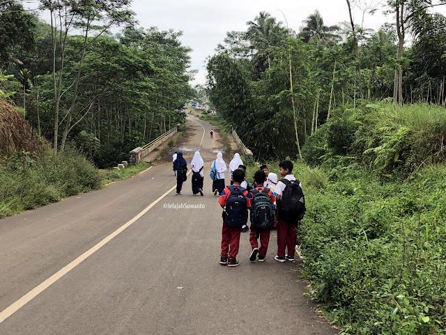 Anak-anak dari kampung Cihanyir semangat pergi ke sekolah di SDN Inpres Nagaraherang, sementara yang SMP harus naik angkot menuju SMPN 1 Sukahening sekitar 3 km perjalanan  || ©JelajahSuwanto