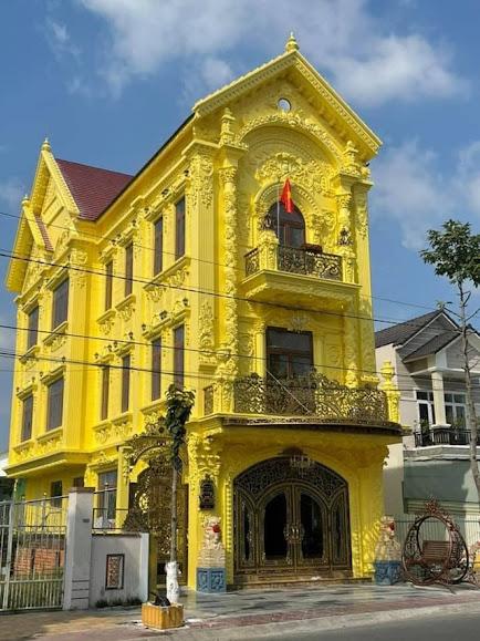 Ngôi nhà sơn màu vàng nghệ full hết mặt tiền ở Sa Đéc