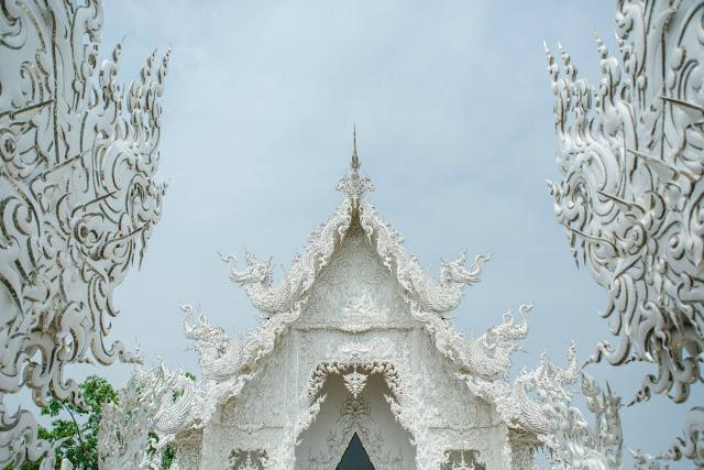 Chùa có diện tích không quá lớn, chỉ khoảng 12.000 m2, nhưng tất cả kiến trúc trang trí tại đây xứng đáng được gọi là những tác phẩm nghệ thuật. Người sáng tạo nên ngôi chùa là Chalermchai Kositpipat, một kiến trúc sư kiêm nghệ nhân nổi tiếng của Thái Lan.