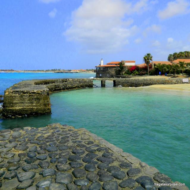 Quebra mar da Praia do Porto Antigo, na Ilha do Sal, Cabo Verde