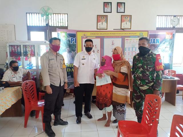 Kepala Desa bersama Masyarakat Penerima BLT DD