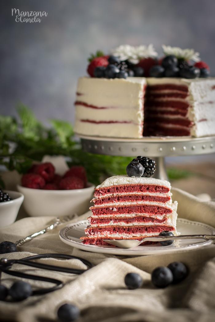 Tarta de tortitas Red Velvet y frutos rojos. Receta con Mesura, sin azúcar refinado.