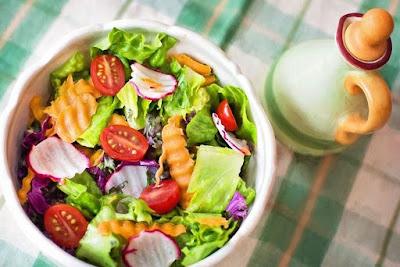 Para poder hacer las mejores ensaladas de verduras necesitas contar con una serie de requisitos que resultan indispensables en todo momento. En primer lugar, cada una de las verduras debe estar fresca; así nos aseguraremos de que la ensalada sea de calidad. Además, podremos comer alimentos en buen estado que nos brinden todos los nutrientes que necesitamos. De igual manera, las verduras no tienen que estar maltratadas. Estas deben tener buen aspecto y olor.