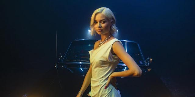 """Nina Nesbitt dévoile son nouveau single """"Life's A Bitch"""", sur fond de film d'horreur."""