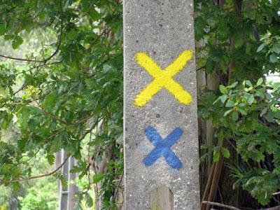 Poste com um X amarelo e outro azul