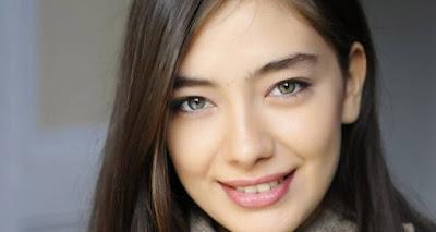 النجمة التركية ناصليهان أتاغول تحتفل بنجاح حلقة مسلسلها بصور تنال مليون إعجاب
