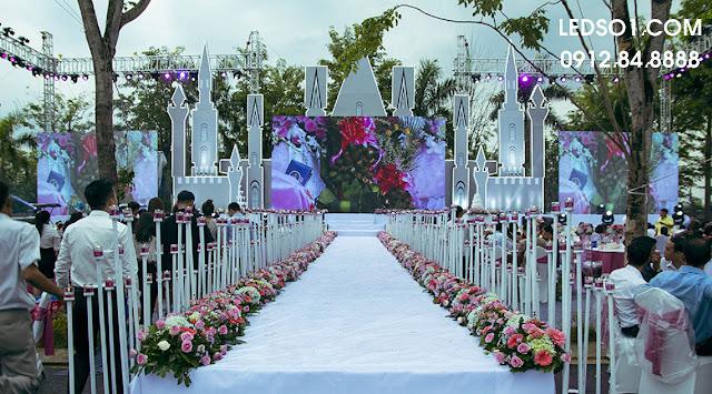 Mẫu trang trí sân khấu tiệc cưới ngoài trời 2