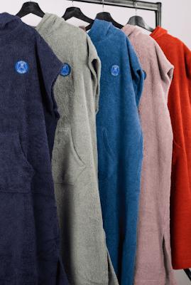 Zo legt Ponchy de nadruk op eenvoud, kwaliteit en bruikbaarheid. Niet voor niets worden deze comfortabele poncho's veel gedragen door watersporters, bij festivals, na het zwemmen en op koude dagen waarbij je het liefst direct op de bank kruipt. Ze worden onder de studenten ook veel gebruikt in studentenhuizen. Je hebt geen badjas en handdoek meer nodig, ideaal! In verschillende kleuren verkrijgbaar