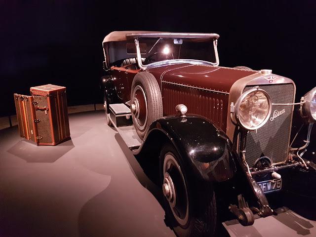 Automobile années 30 et malle Vuitton