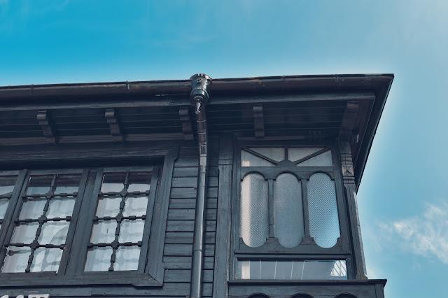 Kamienny parter i drewniane piętro to styl bułgarskiego odrodzenia narodowego