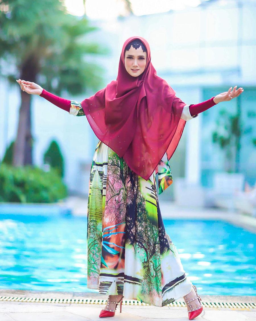 Mulan Jameela jalan di dekat kolam renang