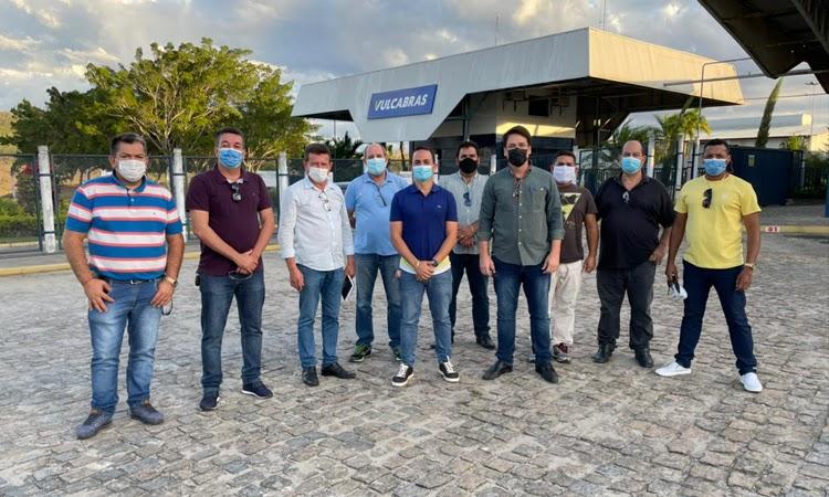 Prefeito de Ituaçu Phellipe Brito visita fábrica de calçados em Itapetinga