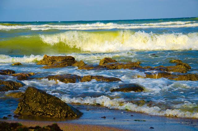 Скали-в-морето-Rocks-in-the-sea
