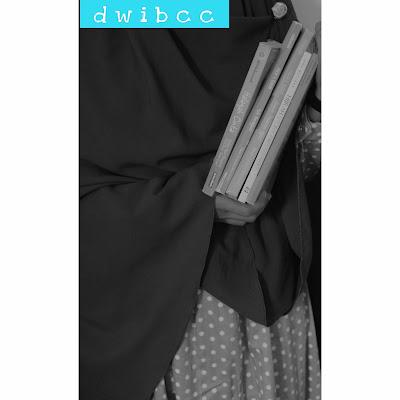 foto muslimah pegang buku