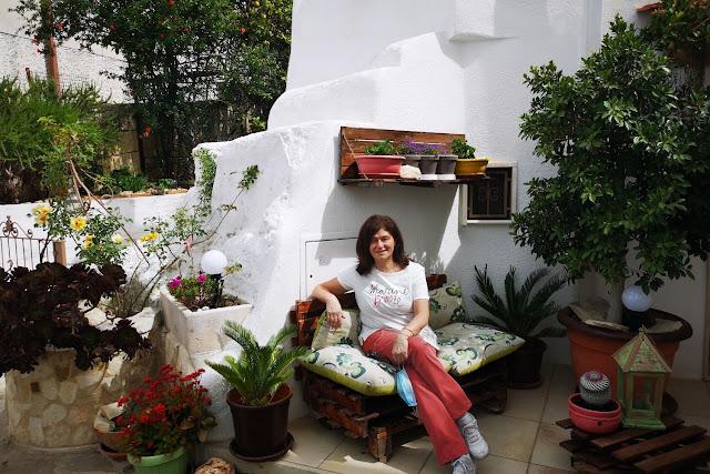 Donna seduta su un divano e piante amassafra