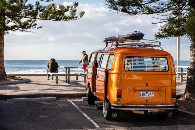 aprende ingles furgoneta aparcada en la playa vacaciones verano