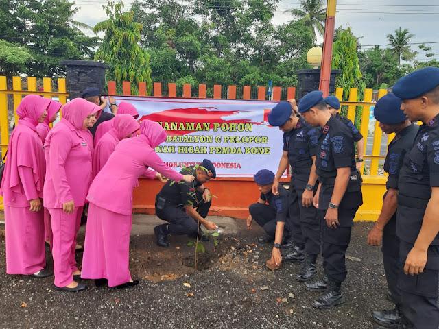 Danyon C Pelopor Brimob Bone Bersama Istri dan Personel Yon C Tanam Ratusan Pohon