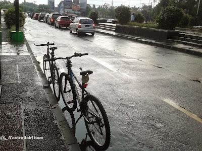 Sepedanya kehujanan