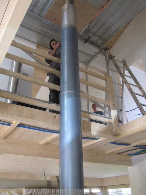 holzhaus wir bauen ein haus aus holz der kamin wird montiert. Black Bedroom Furniture Sets. Home Design Ideas