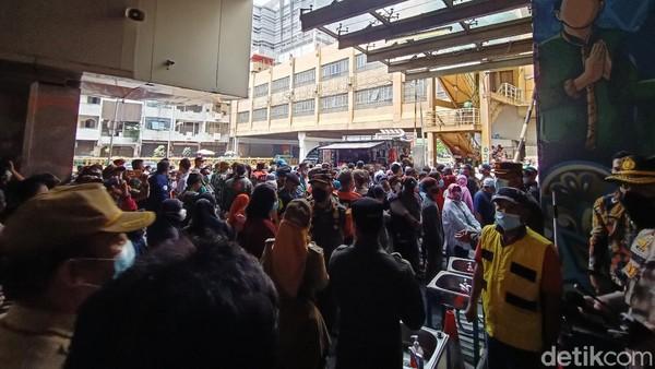 Kerumunan Pasar Tanah Abang, PDIP Tuding Anies Tak Fokus di DKI