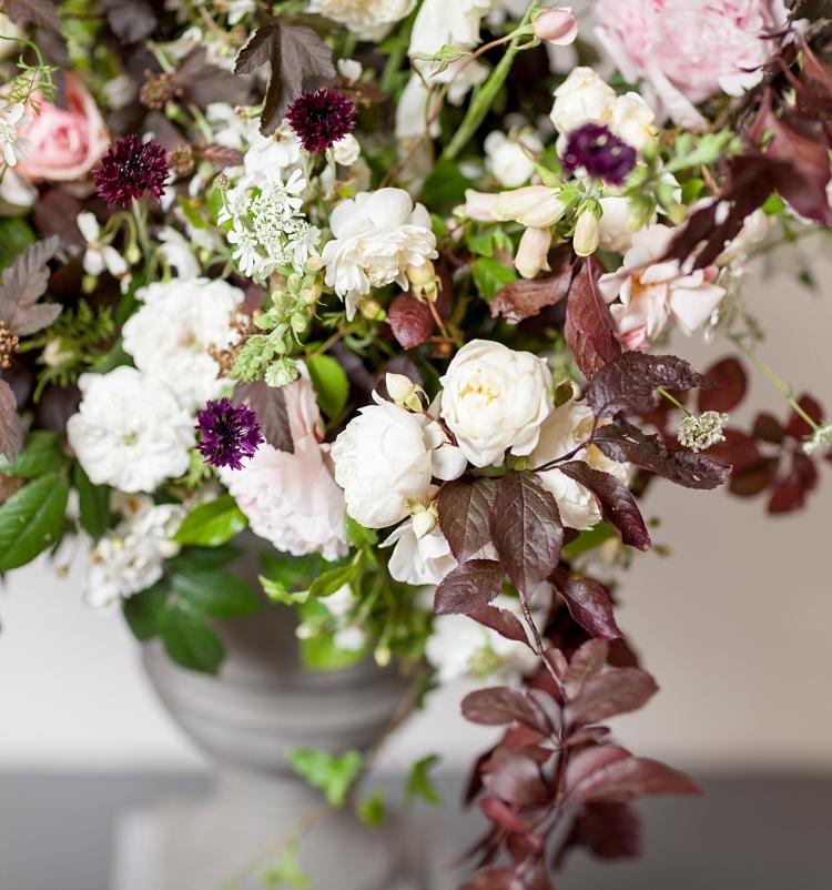 arreglo de flores en urna