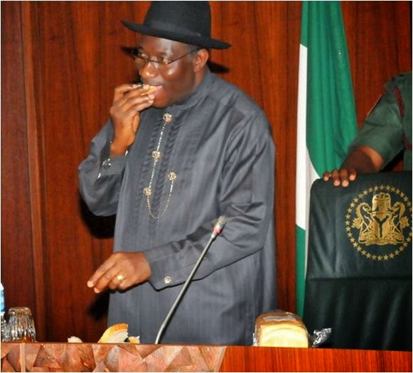 President Goodluck Jonathan eats locally-made Cassava bread at FEC meeting in Abuja