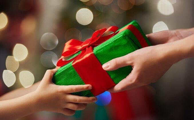 Entregando regalos en Navidad