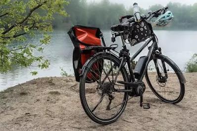 Bicicleta eléctrica junto a un lago